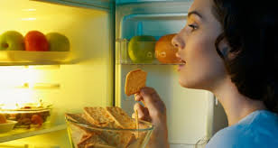 ۱۰ ماده غذایی که قبل از خواب باید از خوردن آن اجتناب کنید